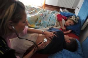 20091105-VIAREGGIO (LU)-INFLUENZA A: VIROLOGO, MALATTIA BANALE MA COMPLICANZE TRIPLE  -  Un ragazzino  e una bambina a letto con la febbre alta visitati da una pediatra, oggi 5 novembre 2009 a Viareggio ( Lu).  L'influenza A/H1N1 ''e' una malattia normalmente banale, che dura due o tre giorni, ma quello che  inquieta e' la moltiplicazione dei casi, rispetto agli altri anni, con il triplo delle complicanze; quindi, piu' casi anche gravi e di morte''. Lo ha dichiarato il virologo Fabrizio Pregliasco, dell'Universita' Statale di Milano, nel suo intervento a 'La telefonata', su Mattino5, rispondendo a una domanda sulle preoccupazioni diffuse tra i cittadini riguardo ai rischi dell'influenza A.  ANSA/FRANCO SILVI / DBA / SIM